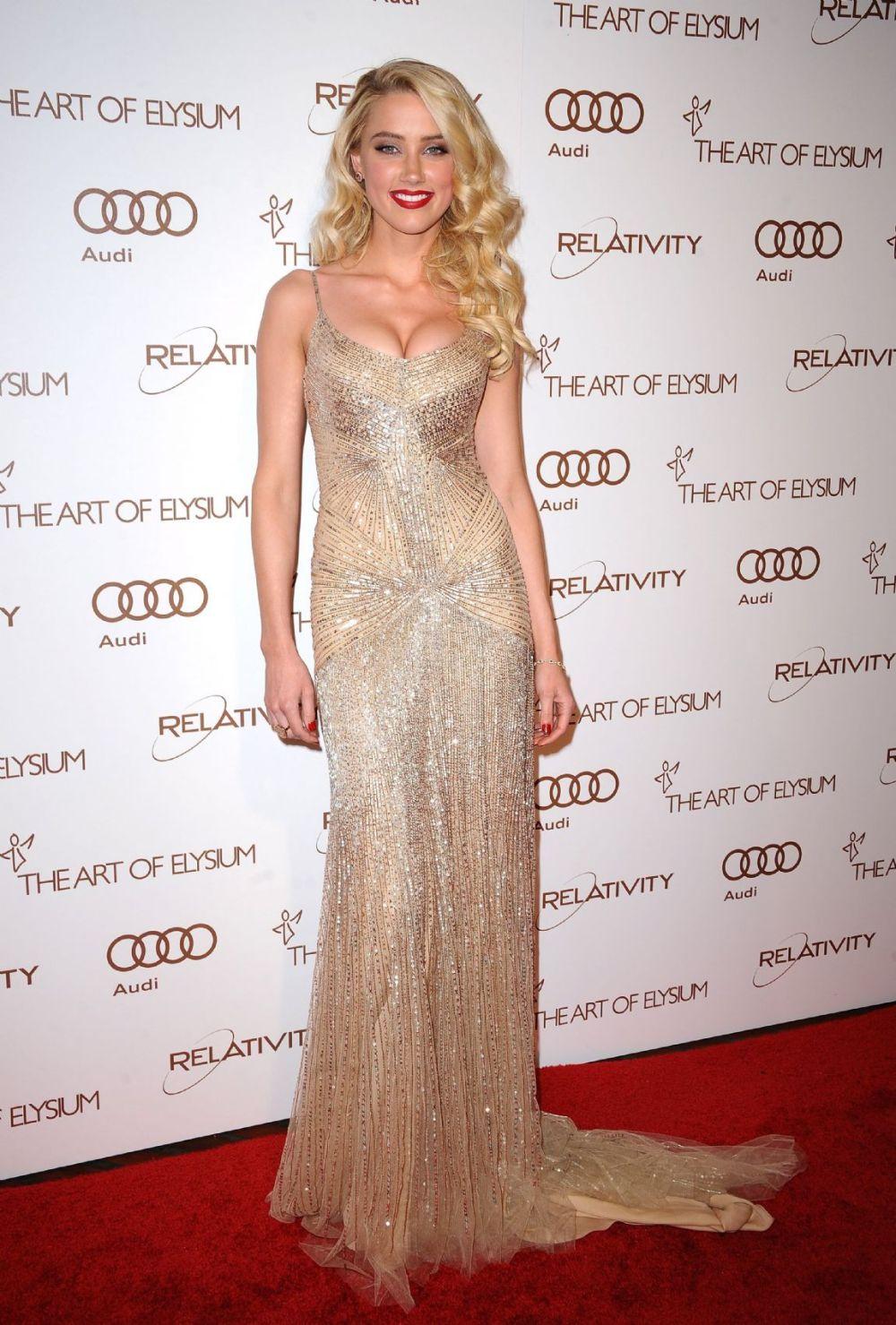 Amber Heard vestido Donna Karan bordado